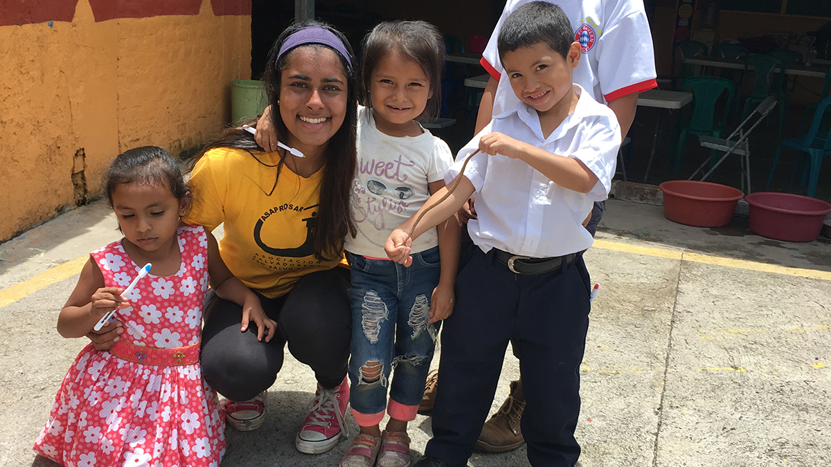 Neha Zahid with children in El Salvador during an intervention.