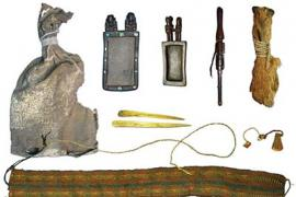Ritual bundle with leather bag, carved wooden snuff tablets and snuff tube with human hair braids, pouch made of fox snouts and camelid bone spatulas.
